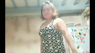 Filipina MILF dancing live